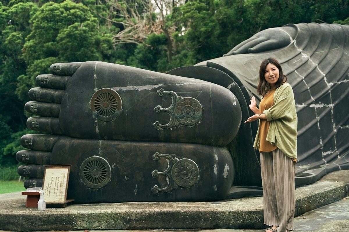 釈迦涅槃仏像の足と記念撮影