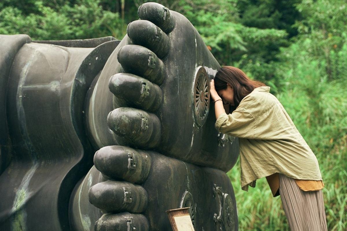 足裏に額をあてて祈願する木村