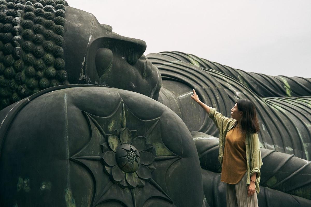 釈迦涅槃仏像の鼻を指差す木村
