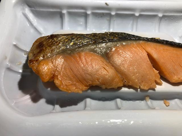 ふっくら焼き上げた銀鮭の塩焼の見た目は?