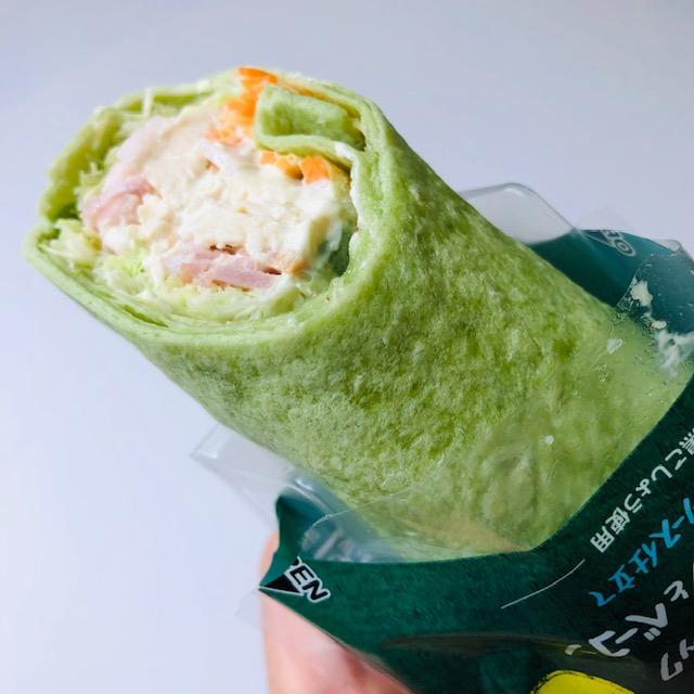 【ファミマ】野菜不足を手軽においしく解決!「ラップスティックサラダチキンとベーコン」
