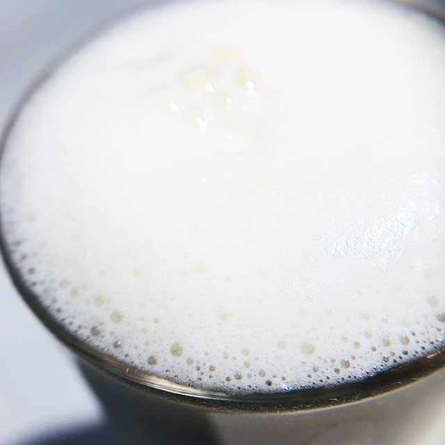 宅飲みをプレミアムに演出する「絹泡 mini ビアサーバー」ならいつものビールが十倍ウマい!