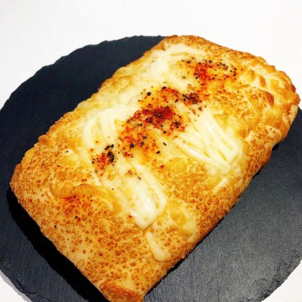 ピリリとした辛さがクセなっちゃう!お酒のつまみにもなる不思議なパン ローソン「一味と黒胡椒のチーズパン」