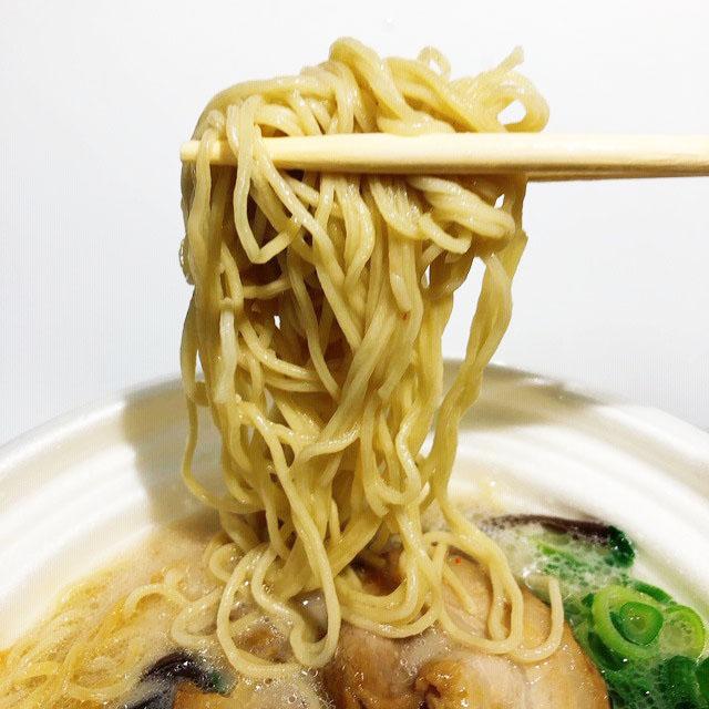 麺は博多ラーメンらしく細麺