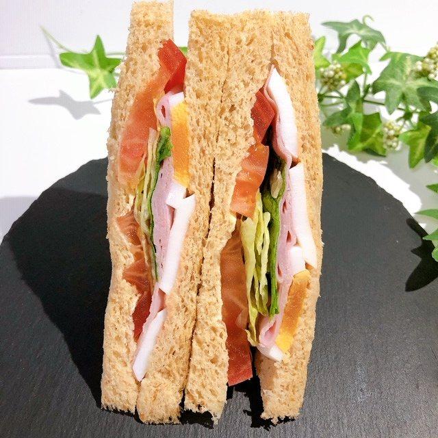 カロリー169kcal&野菜たっぷりでとってもヘルシ~ セブン「全粒粉入りパン!彩り野菜ミックス」