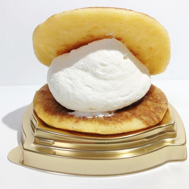 たっぷり過ぎるクリームは、どら焼きではさみきれない!
