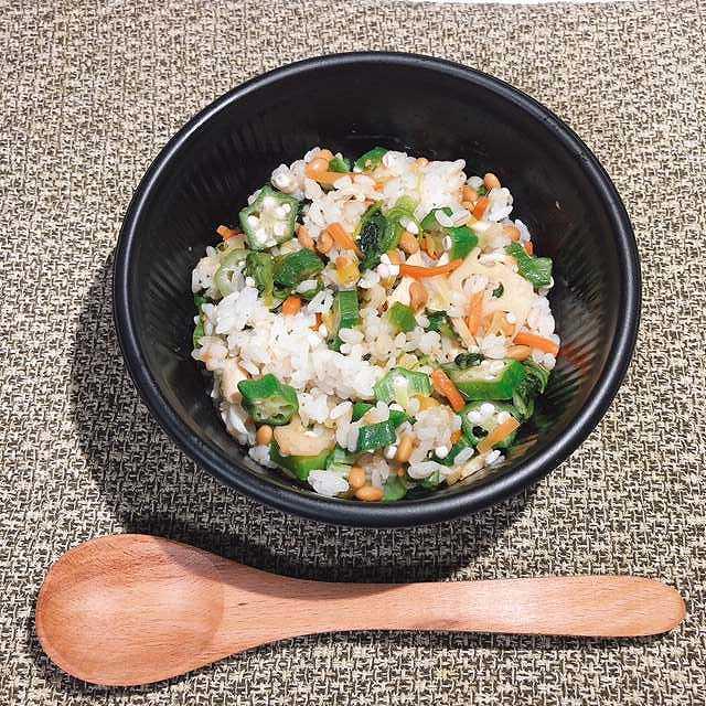 豊富な具材にびっくり!コンビニ弁当とは思えない完成度 ローソン「もちプチ食感!胡麻仕立てのネバネバご飯」