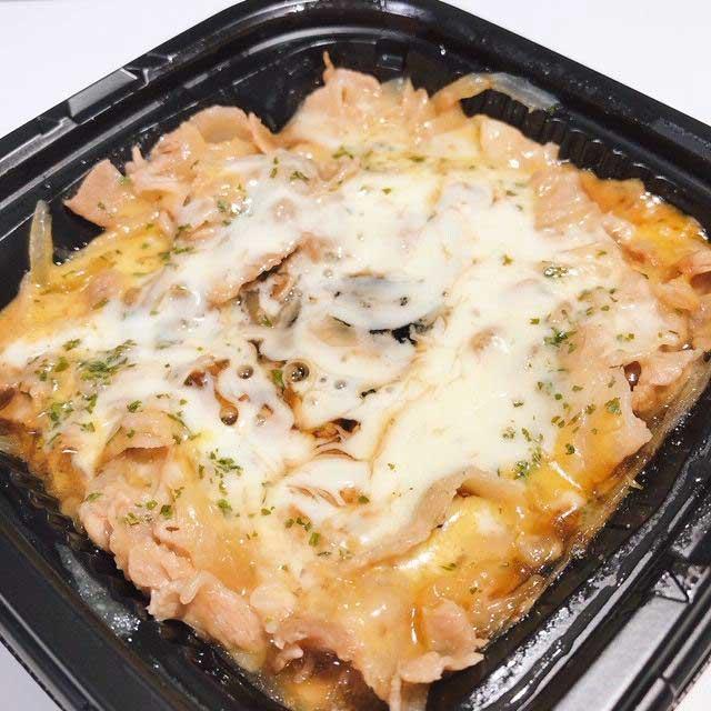 ファミマ「とろーり3種チーズの豚丼」