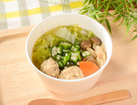 柚子胡椒香る鶏団子スープ  鶏だしのうまみをきかせたゆず胡椒香る和風スープです。白菜・大根・にんじん・オクラ・もやし・ぶなしめじなど※1/2日分の野菜を使用しました。軟骨野菜入り鶏団子を合わせ、食べごたえのあるスープに仕上げました。 ※1日当りの摂取量の目標350g以上 (厚生労働省「健康日本21」より)  ローソン標準価格450円(税込)カロリー81kcal