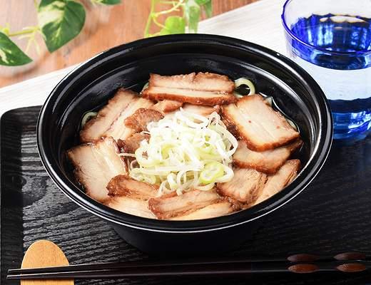 坂内食堂監修 喜多方ラーメン〜肉盛〜  福島県の名店「坂内食堂」監修喜多方ラーメン。もちっと食感が決め手の平打ち熟成多加水麺と、あっさりながらも、豚のうまみとコクが決め手のスープが特徴です。期間限定でチャーシューをたっぷりのせました。  ローソン標準価格598円(税込)カロリー485kcal