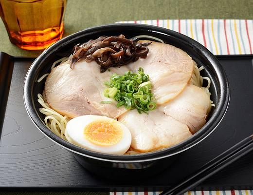 博多一幸舎監修 博多豚骨ラーメン〜肉盛〜  福岡県の名店「博多一幸舎」監修豚骨ラーメン。熟成細ストレート麺は、細いながらもしっかりした食感。スープは濃厚な豚骨のうまみが決め手です。期間限定でチャーシューを増量し、たまご・きくらげ・ネギをトッピングしました。  ローソン標準価格598円(税込)カロリー614kcal
