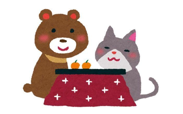 みかんの乗ったコタツへ入るクマと猫