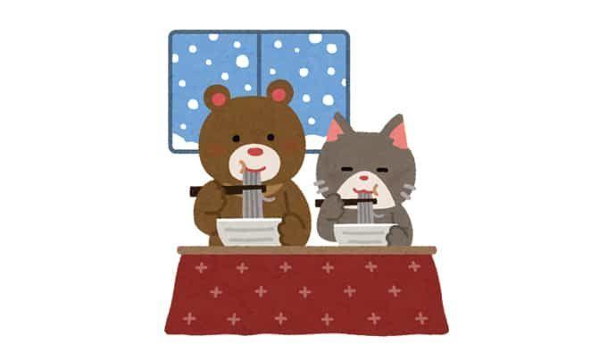 年末に年越しそばを食べる熊と猫