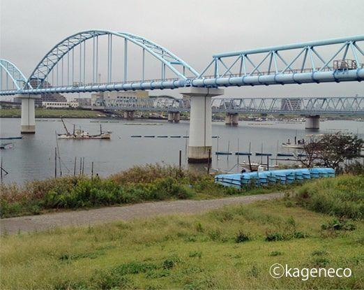 陸橋のある広々とした河原