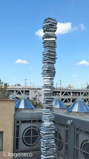 本が重なったモニュメントのタワー