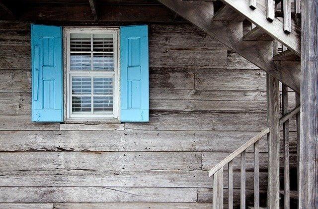 水色の窓の木造の家