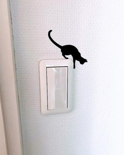 部屋のスイッチ上に貼った黒ねこのシール