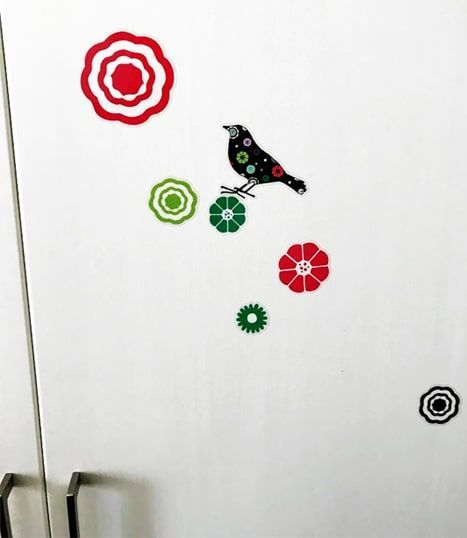 扉に貼ったトリと花の模様のシール