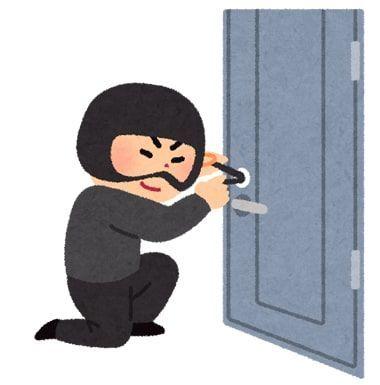 黒い頬かむりをした泥棒がドアの鍵をあけようとしているイラスト