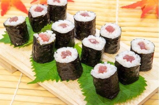 檜の寿司下駄やシソの葉で抗菌した巻き寿司