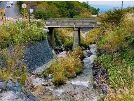 小さい川へかかる短い橋