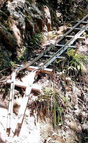ハシゴを設置している足場の悪い登山道