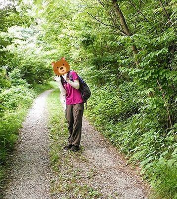 琴平ハイキングコースを歩く友人