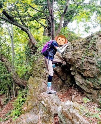 琴平丘陵の岩場を登る私