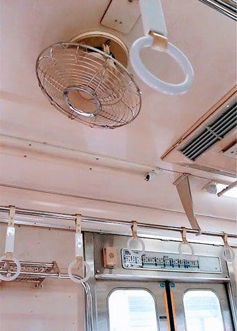 天井に扇風機が付いているローカル電車