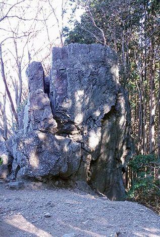 ゴンジリ峠手前にある岩茸石