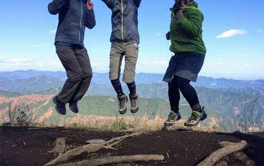 棒ノ嶺山頂でジャンプする3人