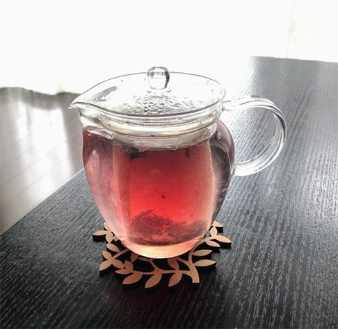 ハーブ茶葉を入れたガラスポットを蒸らす