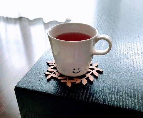 苺とローズ茶を注いだカップ