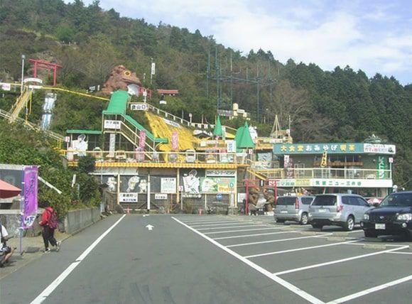 おたつ石コース登山口のあるつつじヶ丘バス停降車場