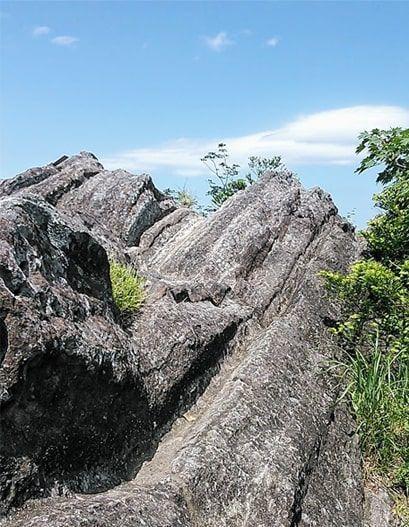 山頂へ続く岩