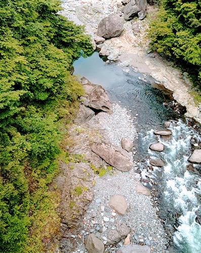 橋の上から見下ろす桂川