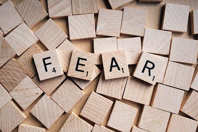 FEARと書いた木片