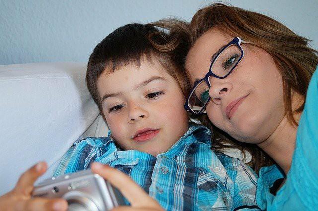 お母さんと少年が、カメラを見ている