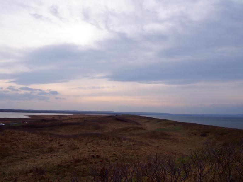 左手にトーフツ湖 右手にオホーツク海