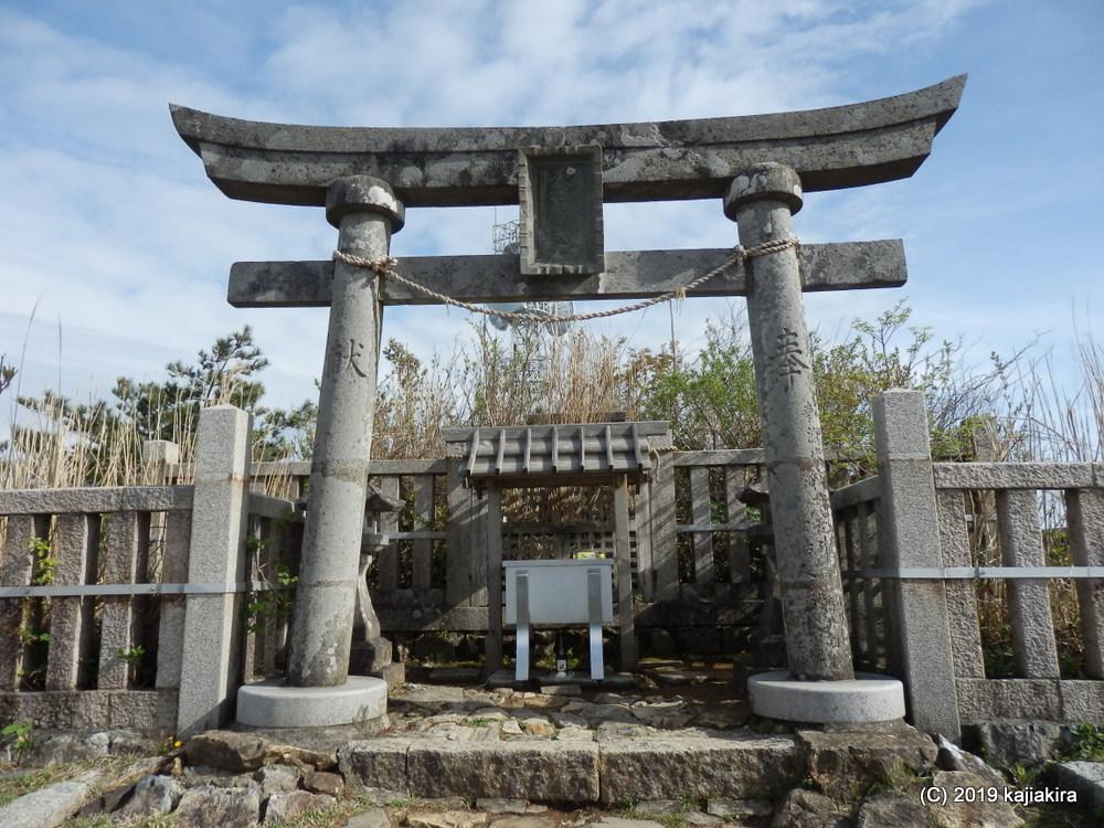 弥彦山の「ヤヒコサクラ」と「御神廟(奥の宮)」