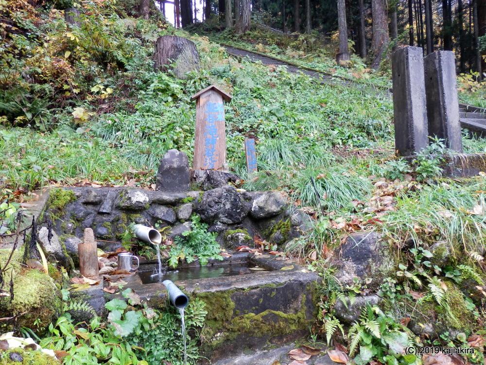 新潟県の名水「滝神社の清水(岩船郡関川村大字鮖谷)」
