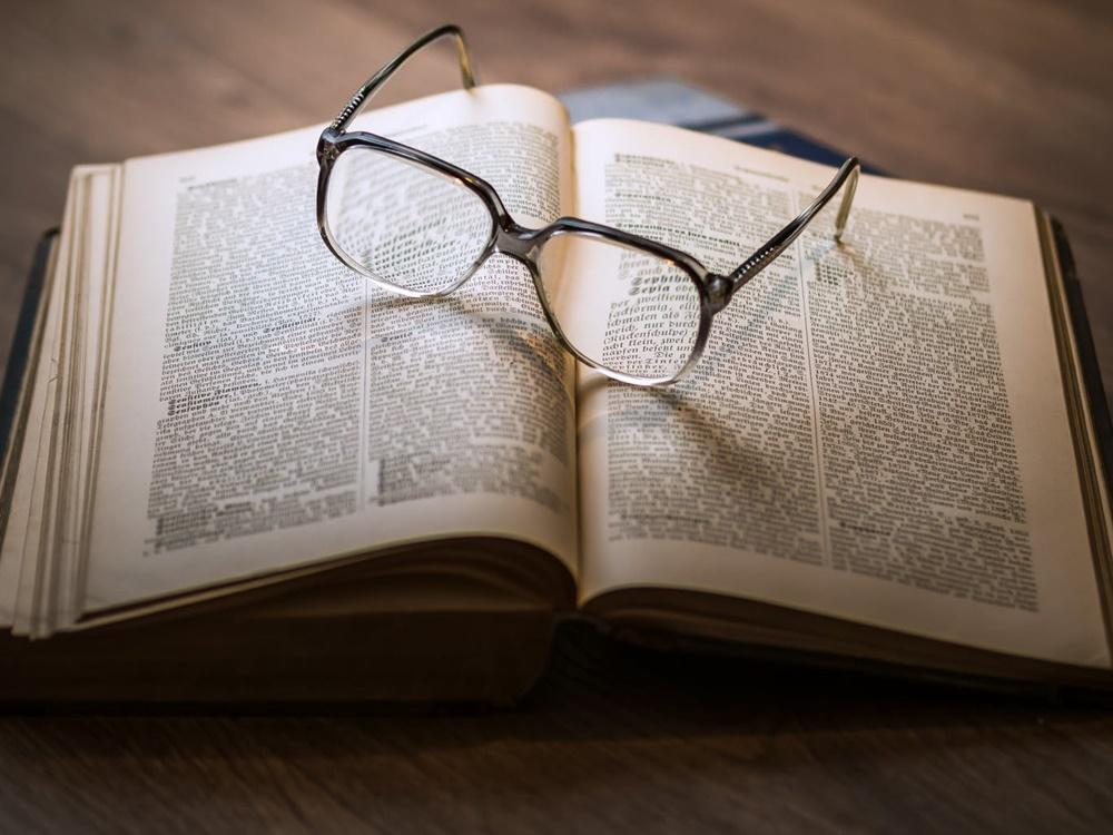 洋書の上に置かれた眼鏡