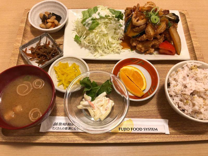 鶏のこんがり黄金唐揚と温野菜のねぎ香味たれ定食(税抜 1,180円)