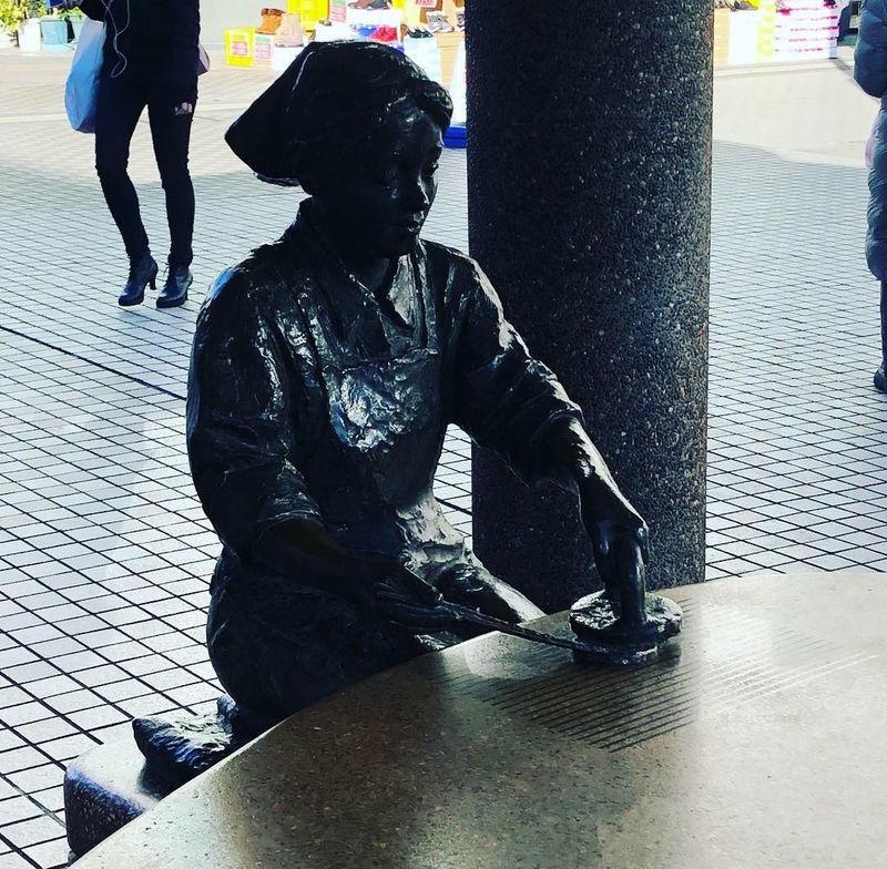 せんべいを焼く銅像