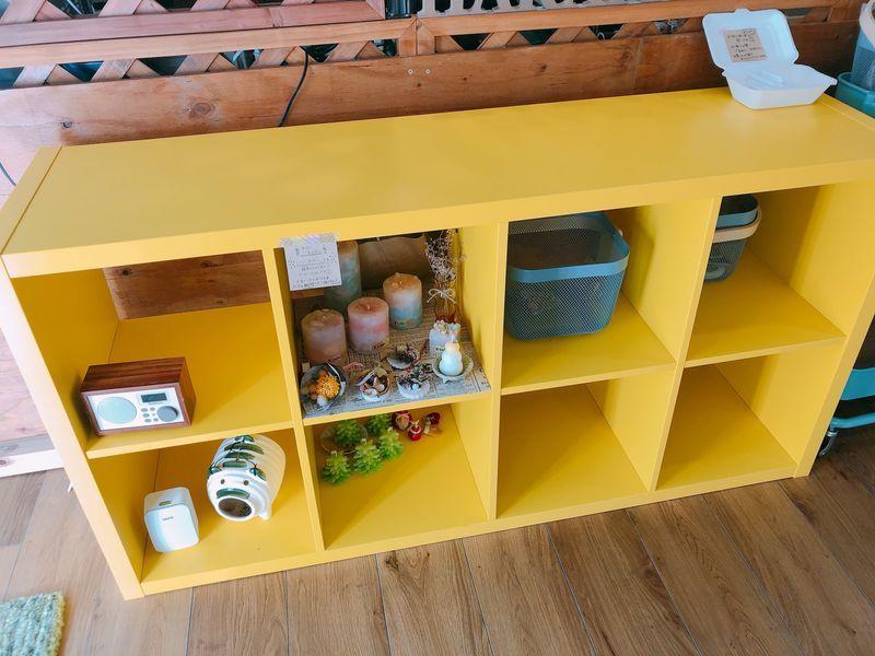 店内の黄色い棚
