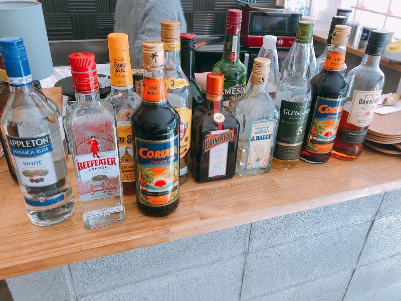 アルコールが入った瓶が並べられている