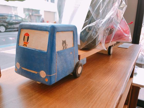 青いトラックの置物