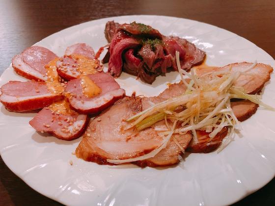 牛、豚、鶏の喧嘩プレート(890円)