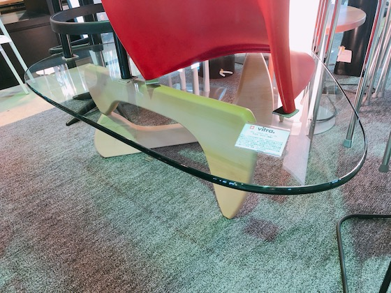 パントンチェアを背負うコーヒーテーブル
