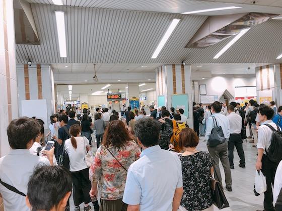 新田駅改札前の状況